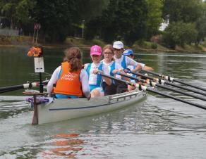 Equipe de jeunes sur un canoë
