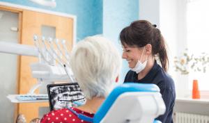 Un dentiste et son patient dans un cabinet dentaire