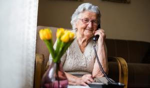 Senior au téléphone