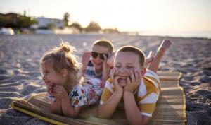 Des enfants sur la plage insouciants