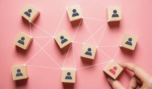 Maillage de personnes symbolisées par des cube de bois avec une facette représentant une personne