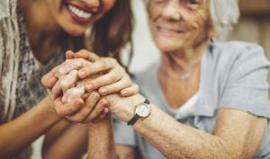 Femme et senior se tenant la main