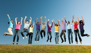 Jeunes qui sautent en l'air les mains levées