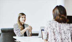 Deux femmes discutent