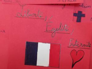Mots et dessins inscrits sur du papier rouge