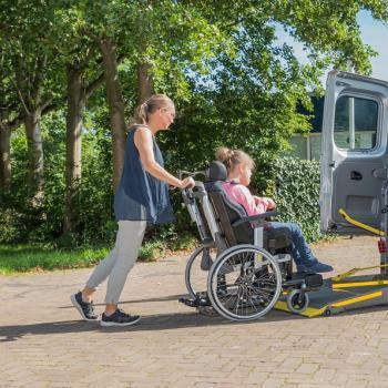 Un enfant handicapé monte dans une voiture