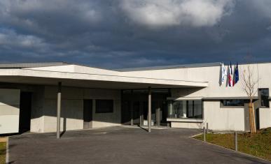 Entrée du collège Lucie Aubrac récemment construit sans aucune personne