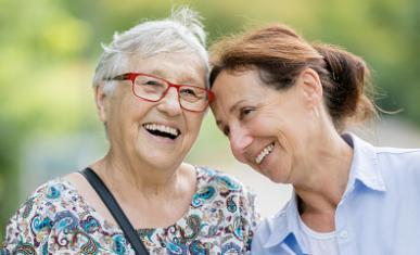 Deux femmes, l'une âgée et l'autre plus âgée, rient de bon coeur