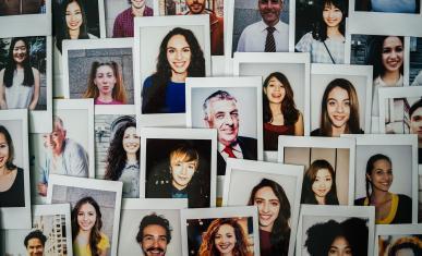 Mur de portraits photos polaroids