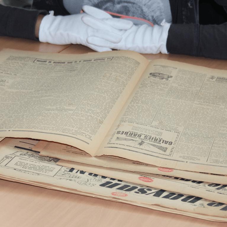 lecture du journal Le Paysan aux archives départementales