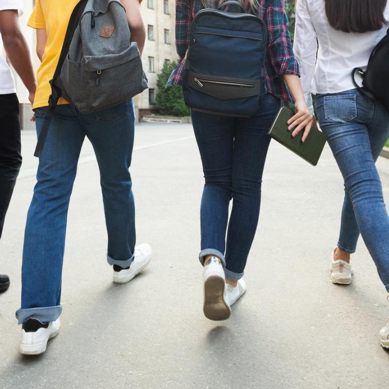 Groupe d'adolescents de dos