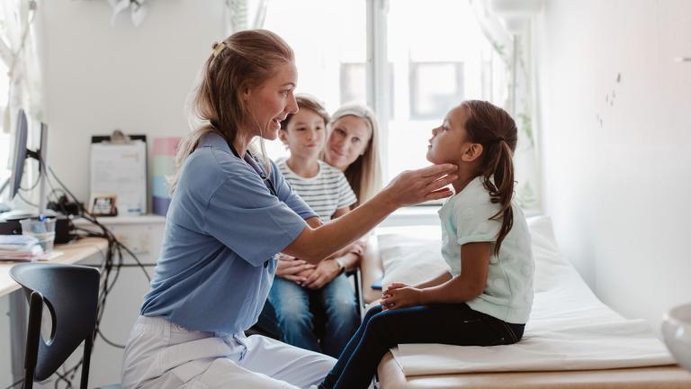 Un médecin examine un enfant