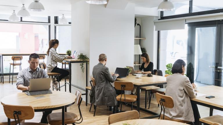 Personnes qui travaillent dans un open-space