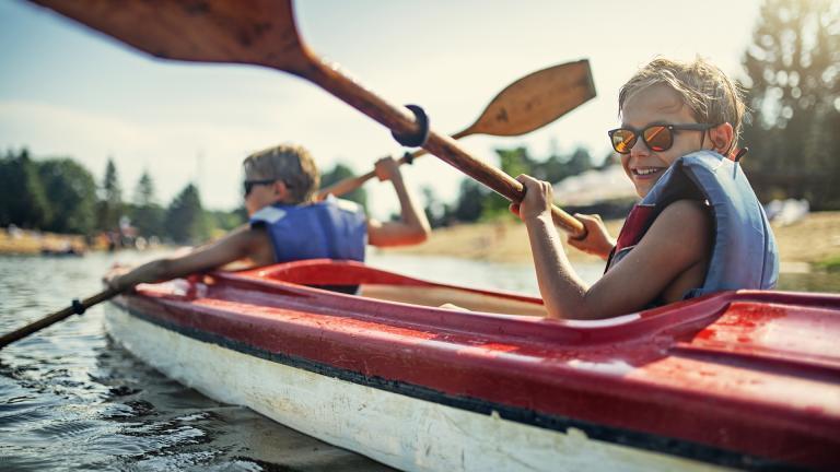 Jeune garçon faisant du canoë