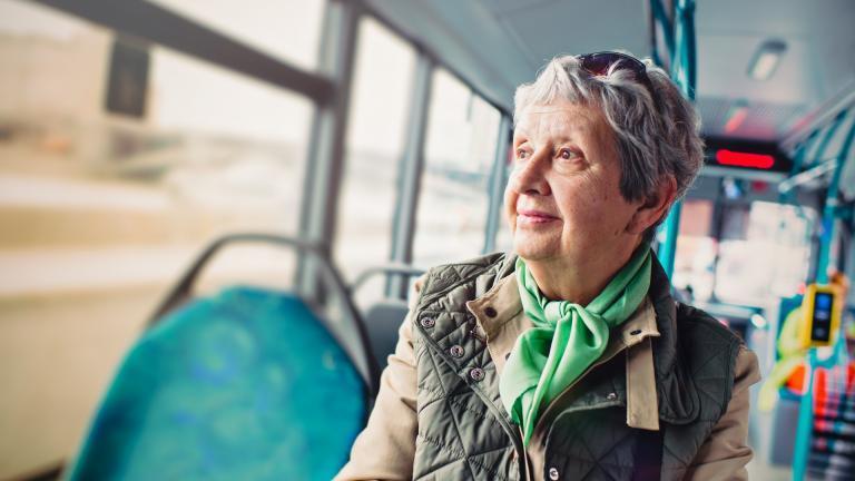 Senior dans bus