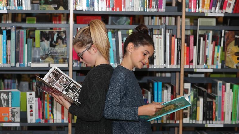 Collégiennes tenant un livre