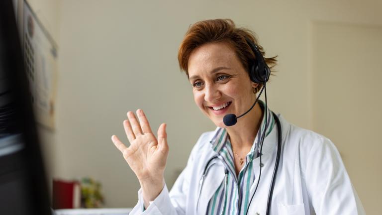 Un médecin devant son ordinateur pendant une téléconsultation