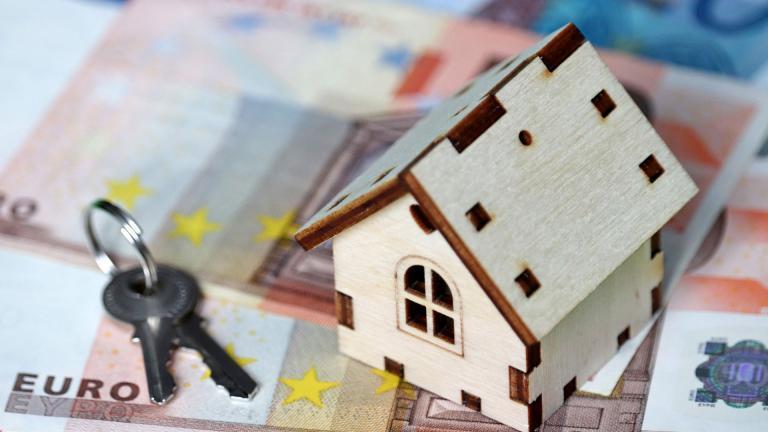 maison avec des clés sur des billets d'euros